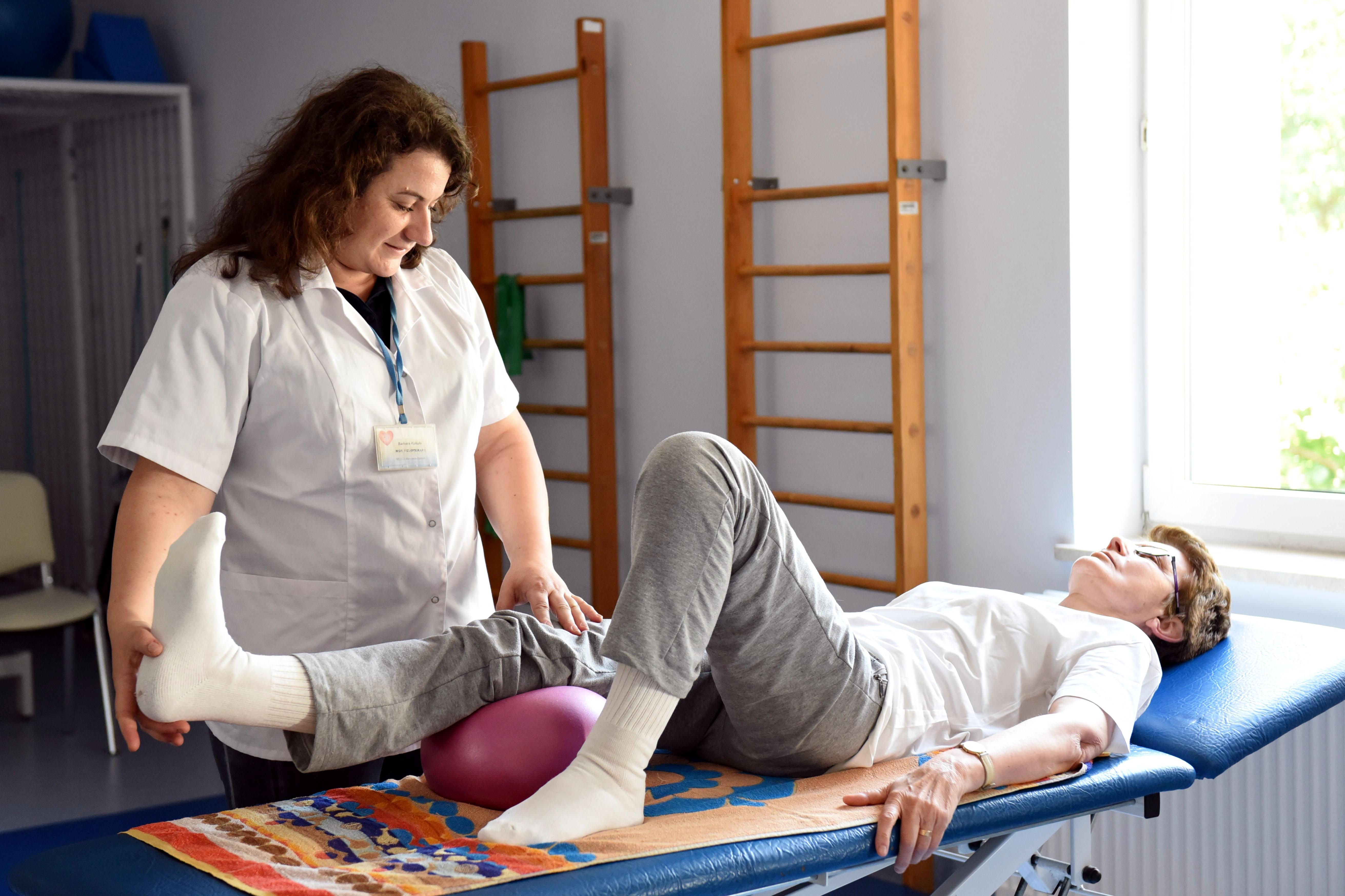 Pacjentka podczas ćwiczenia nadzorowanego przez rehabilitantkę