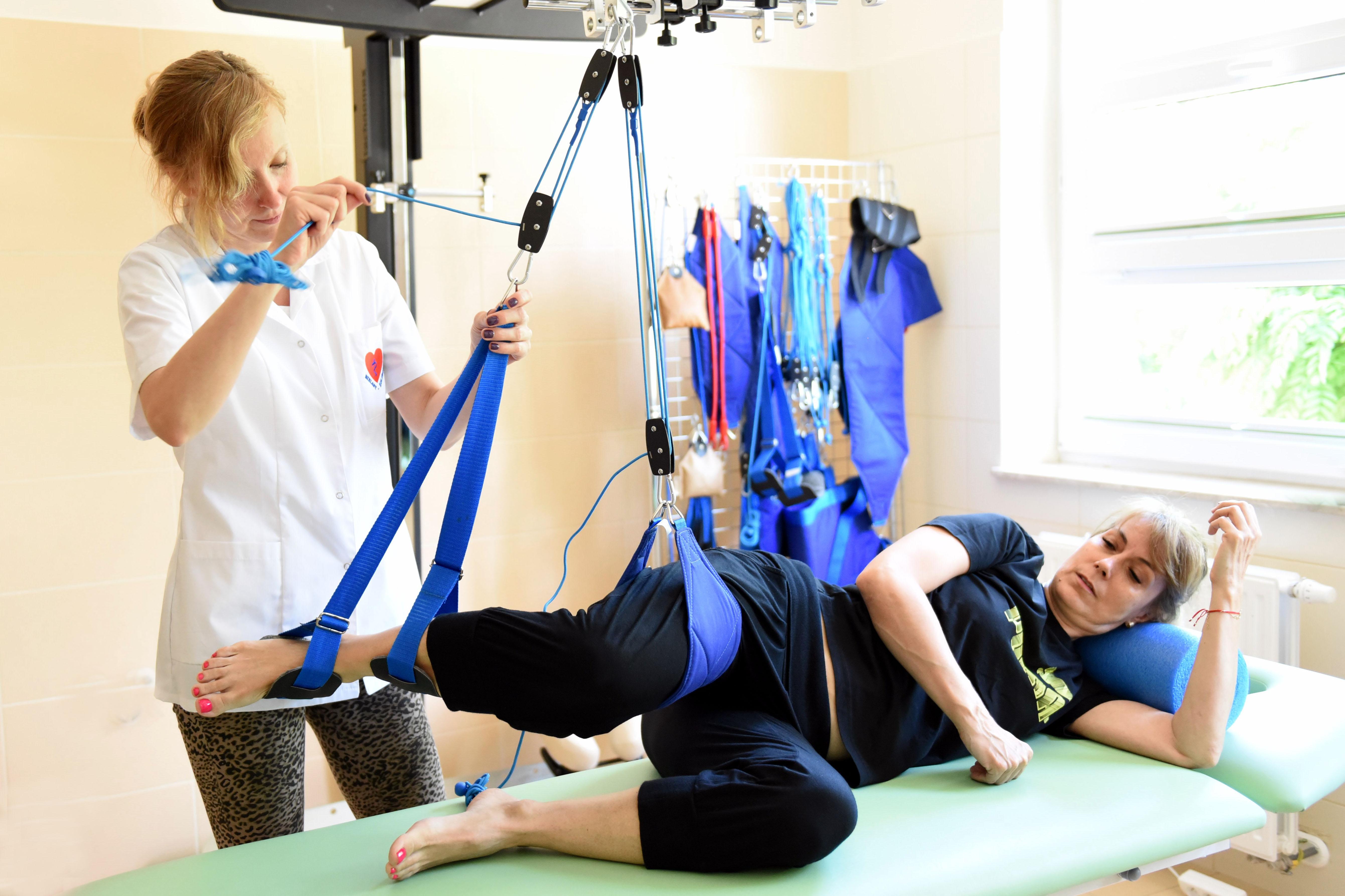 Rehabilitantka dostosowująca wyciąg do pacjentki