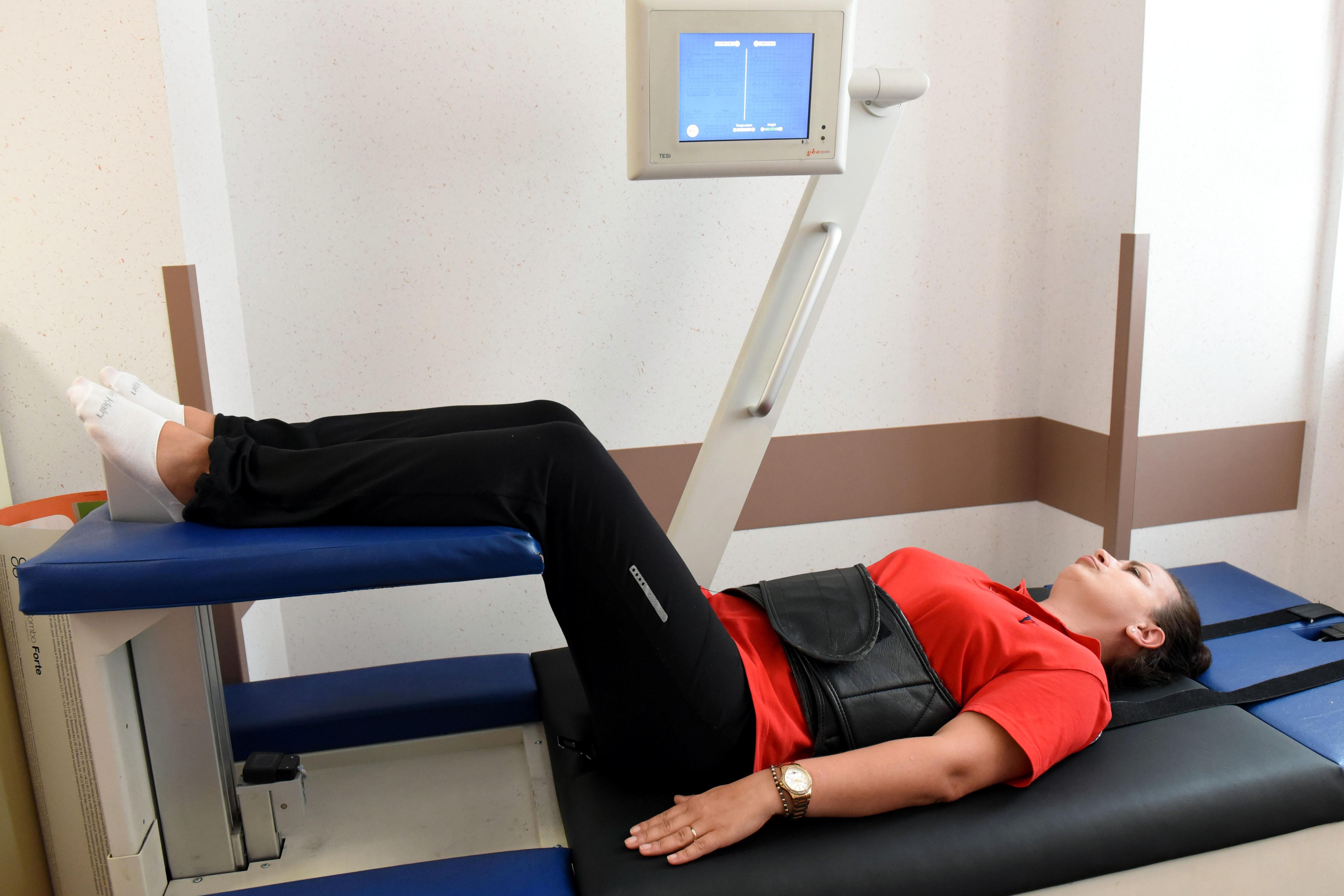 Pacjentka na łóżku rehabilitacyjnym