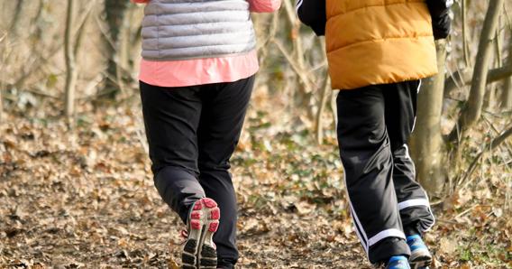 dwóch seniorów biegających po parku