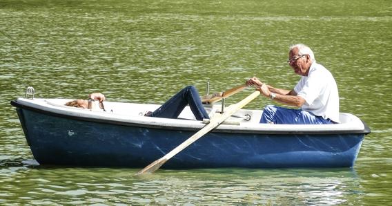 mężczyzna pływający w łódce