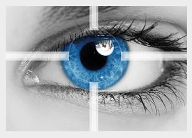 Oko z tęczówką w kolorze niebieskim