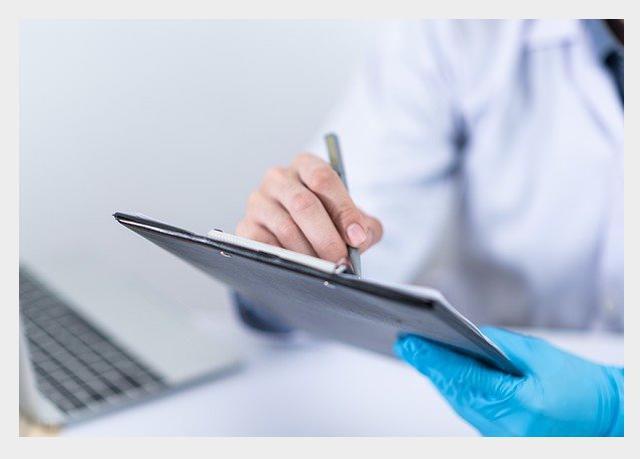 Lekarka trzymająca w rekach laptopa