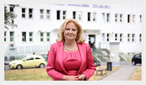 Dyrektor Małgorzata Zaława-Dąbrowska przed budynkiem przychodni Szajnochy 8