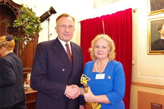 Dyrektor Małgorzata Zaława-Dąbrowska ze statuetką Lider Polskiego Biznesu w ręce w towarzystwie jednego z organizatorów konkursu BCC