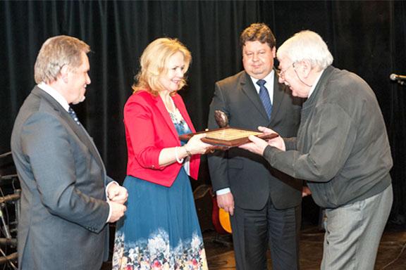 Dyrektor Małgorzata Zaława-Dąbrowska odbiera dyplom konkursu Mazowiecka Nagroda Jakości 2014z rąk jednego z organizatorów konkursu