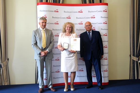 Dyrektor Małgorzata Zaława-Dąbrowska z medalem oraz dyplomem w rękach w towarzystwie dwóch organizatorów konkursu BCC