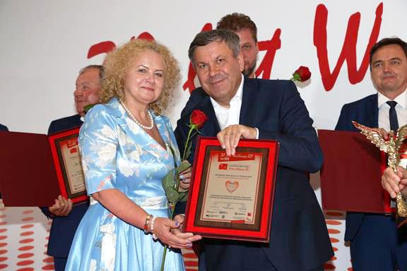 Dyrektor Małgorzata Zaława-Dąbrowska odbiera dyplom konkursu Osobowość 30-lecia wolności RP