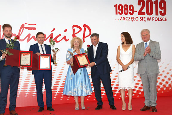 Dyrektor Małgorzata Zaława-Dąbrowska odbiera statuetkę oraz dyplom konkursu Placówka medyczna30-lecia wolności RP