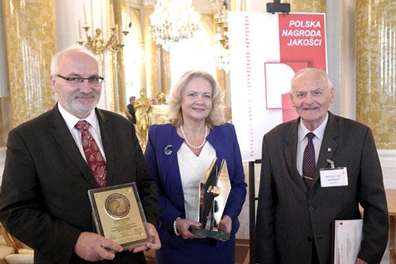 Dyrektor Małgorzata Zaława-Dąbrowska z Polską Nagroda Jakości w ręce w towarzystwie dwóch organizatorów konkursu