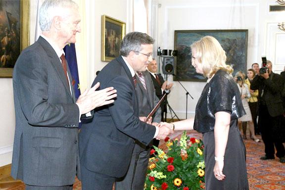 Dyrektor Małgorzata Zaława-Dąbrowska odbiera gratulacje od prezydenta Bronisława Komorowskiego podczas uroczystości wręczenia godła promocyjnego Teraz Polska